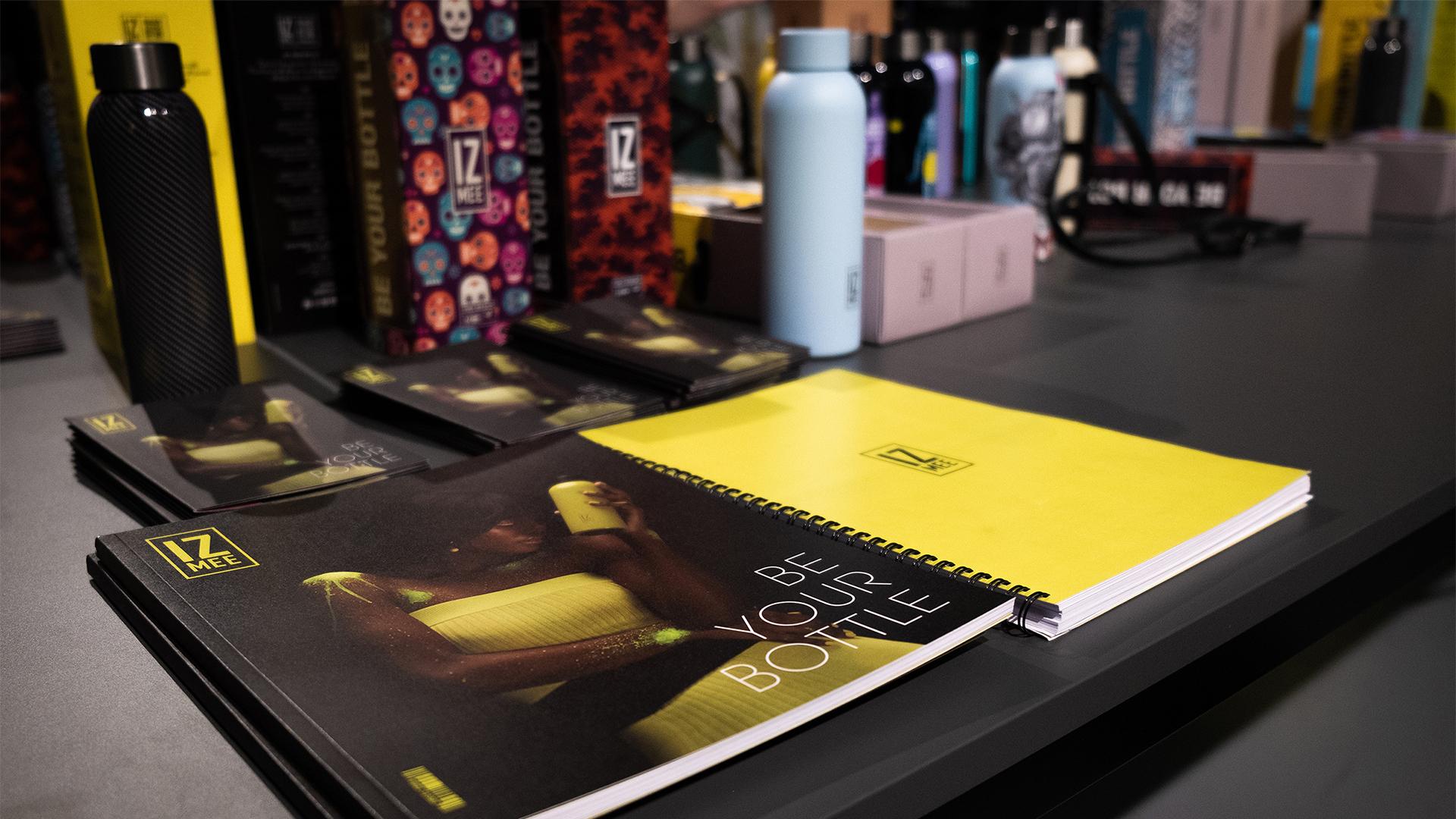 tavolo con riviste e borracce