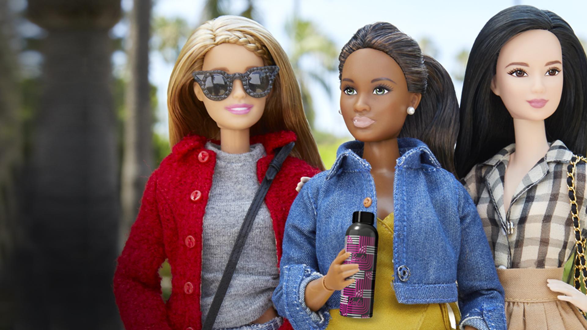 Scatto a Barbie insieme alle sue amiche con la bottiglia Izmee