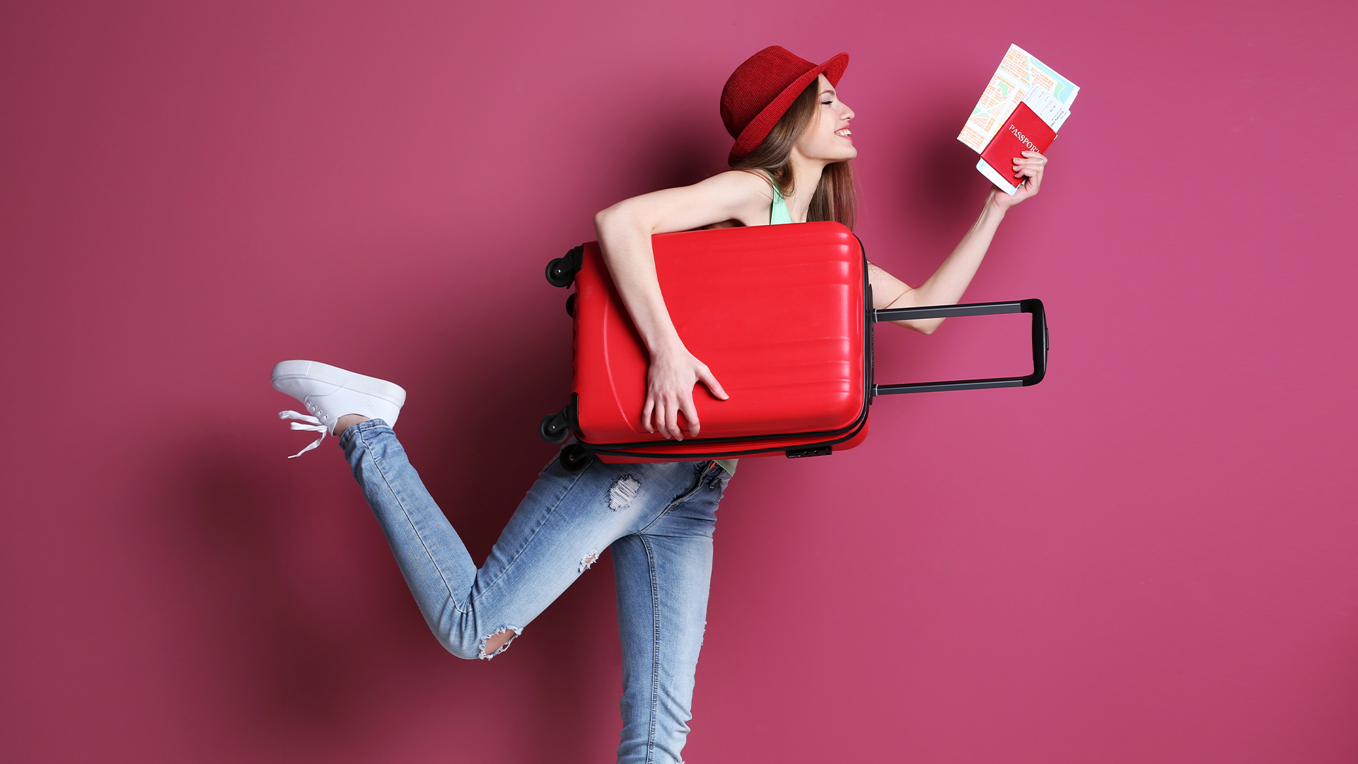 ragazza con valigia e passaporto pronta a viaggiare